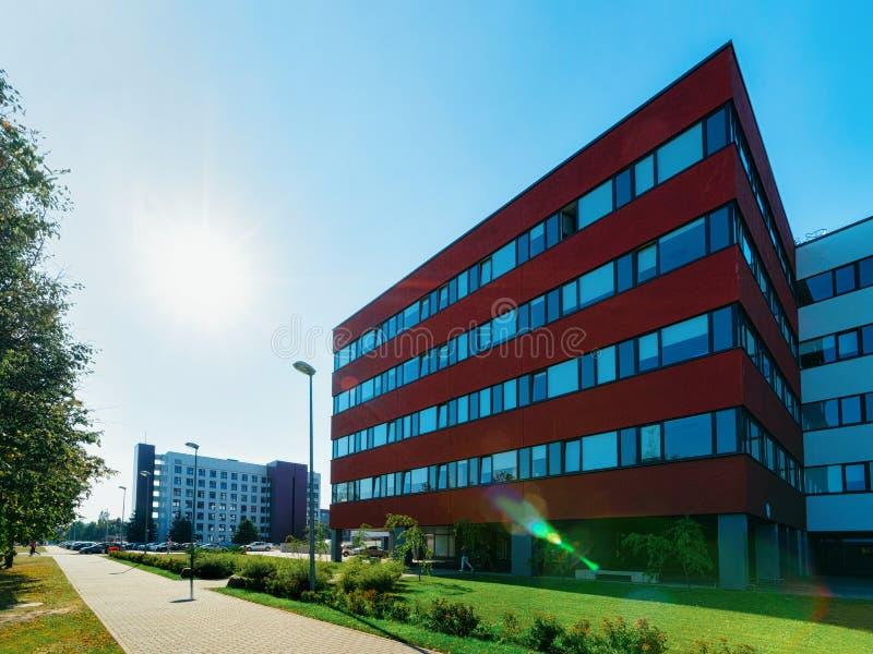 Zonsondergang en Moderne collectieve de bedrijfsbureaubouw wolkenkrabber stock afbeeldingen