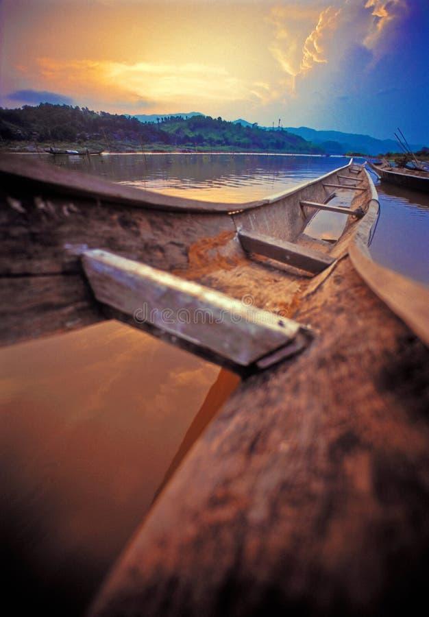 Zonsondergang en oude boot stock fotografie