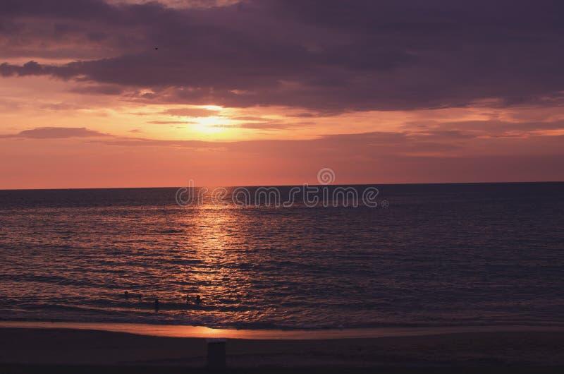 Zonsondergang en overzees stock fotografie