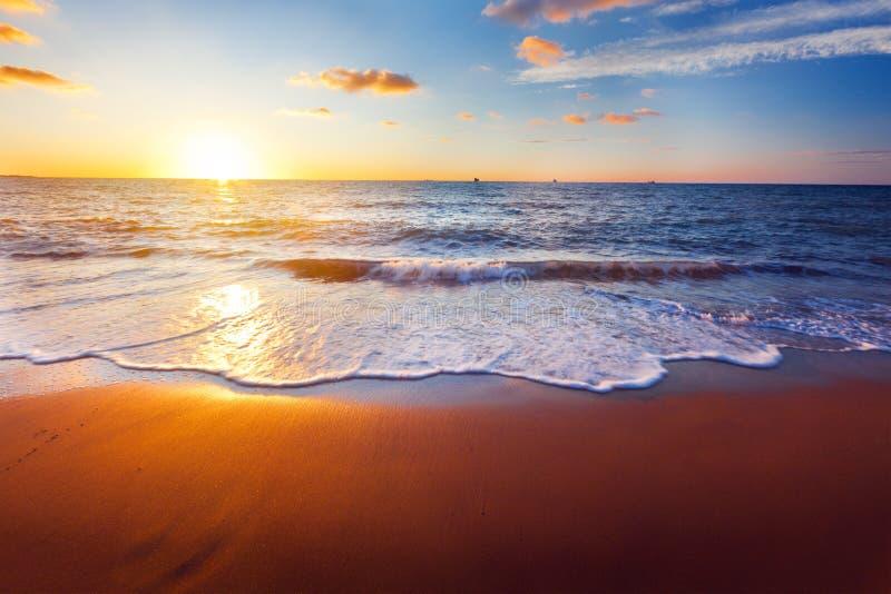 Zonsondergang en overzees stock foto