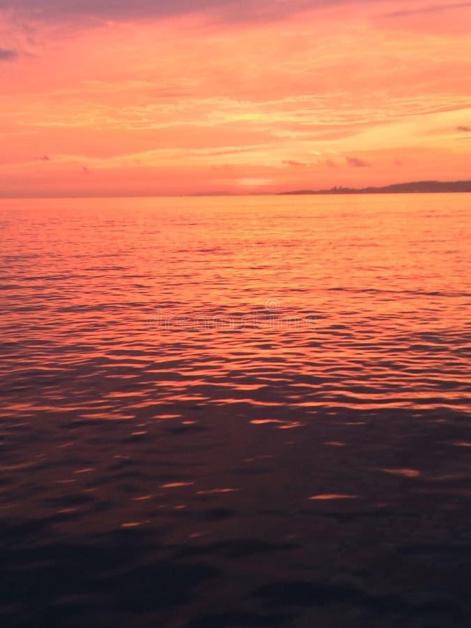 zonsondergang en overzeese meningen stock afbeeldingen