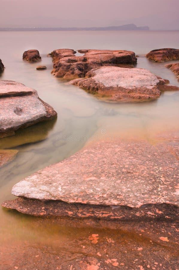 Zonsondergang en rotsen stock foto's