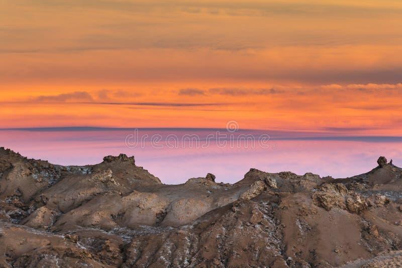 Zonsondergang en rotsen bij Atacama-woestijn stock afbeeldingen