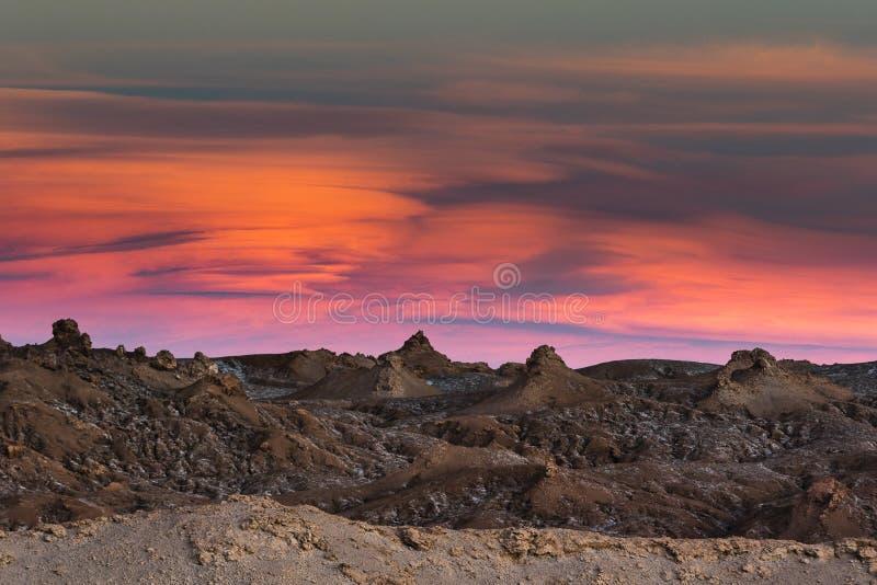 Zonsondergang en rotsen in de Atacama-woestijn stock afbeelding