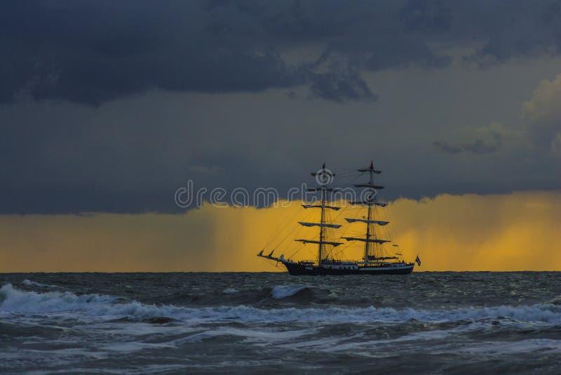 Zonsondergang en schip stock foto