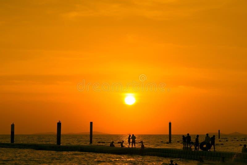 Zonsondergang en strandkoh larn pattaya Thailand royalty-vrije stock fotografie