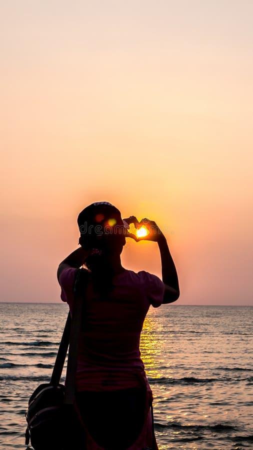 Zonsondergang en Tropisch strand en het ontspannen stock afbeeldingen