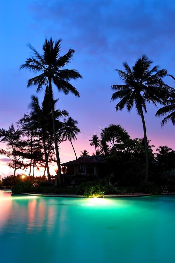 Zonsondergang en verlicht zwembad royalty-vrije stock afbeelding