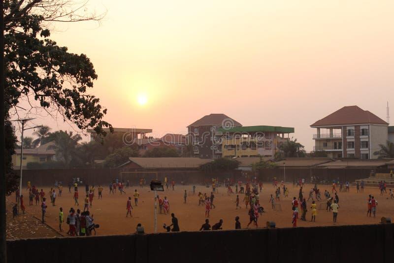 Zonsondergang en voetbal stock afbeeldingen