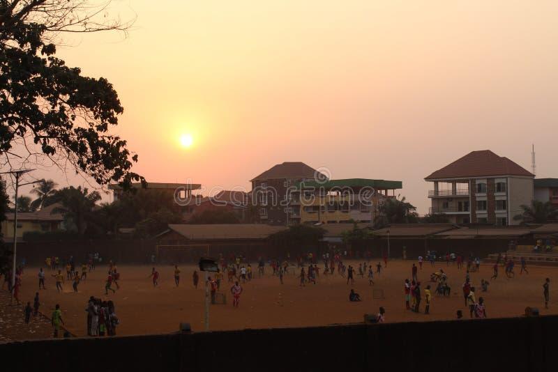 Zonsondergang en voetbal royalty-vrije stock afbeelding