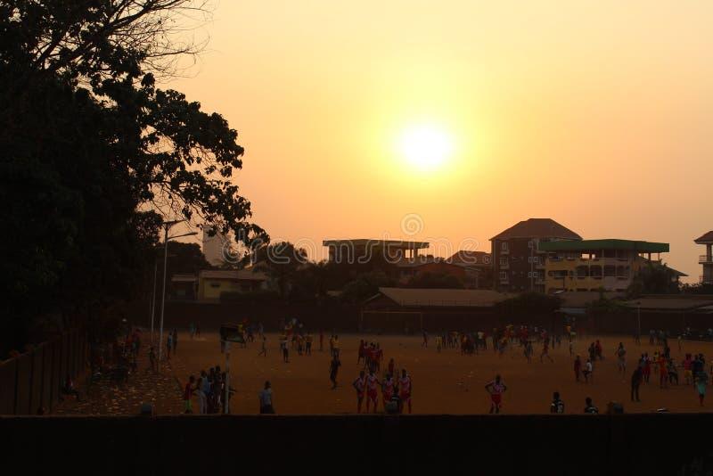 Zonsondergang en voetbal stock foto's