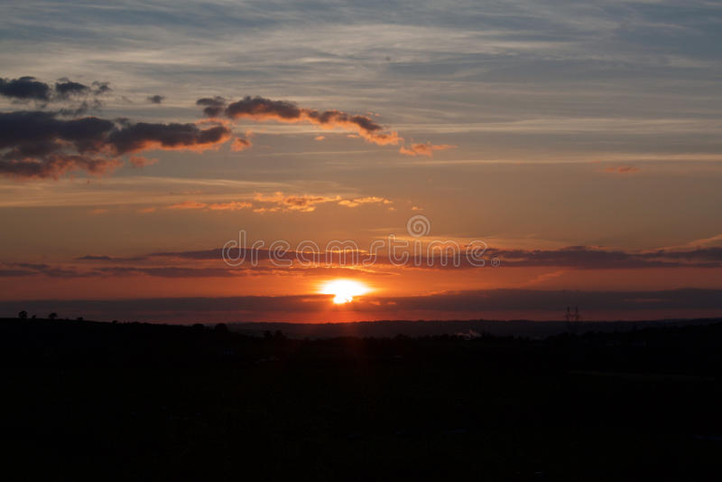 Zonsondergang en wolken stock afbeelding