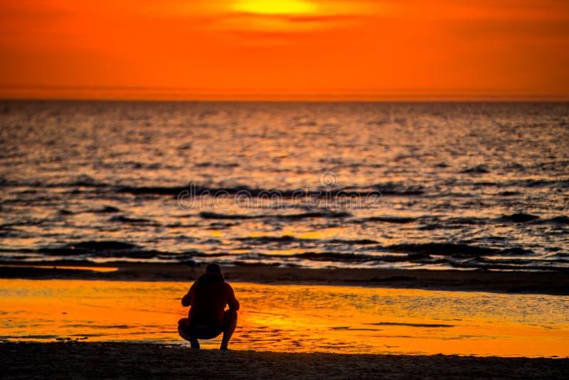Zonsondergang en zeewater stock afbeelding