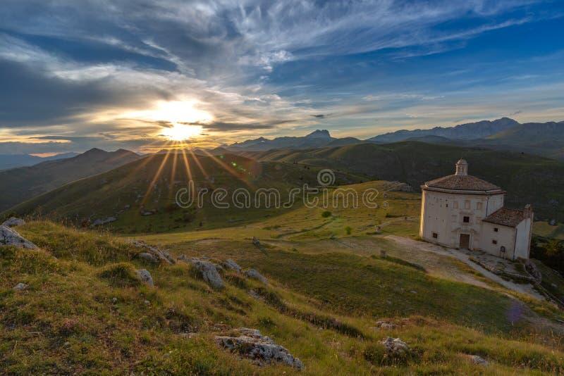 Zonsondergang in Gran Sasso - Rocca Calascio AQ royalty-vrije stock afbeeldingen