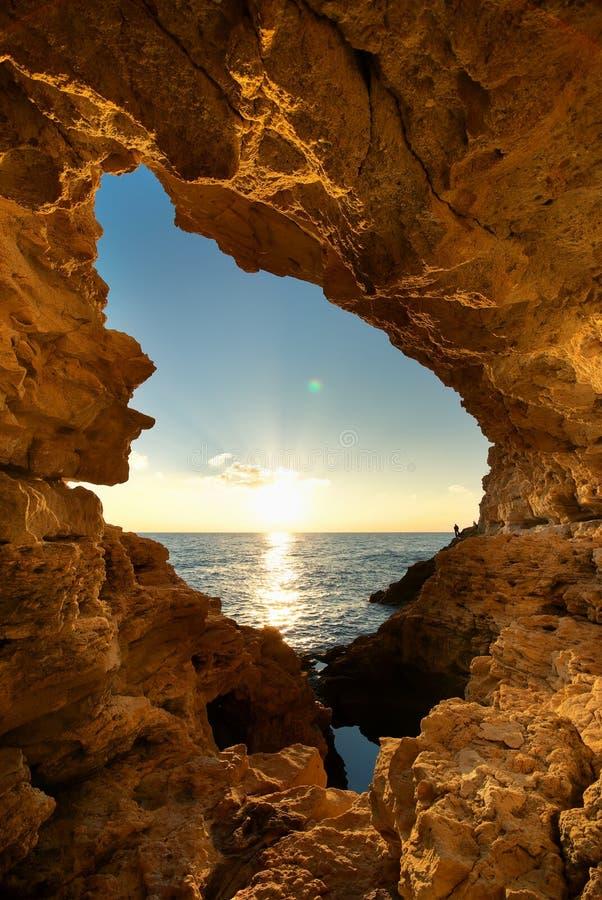 Zonsondergang in grot stock foto