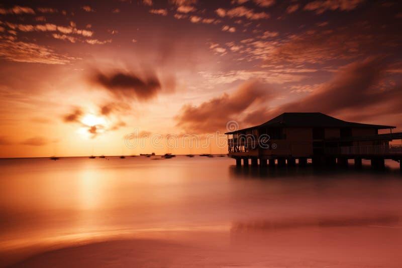 Zonsondergang in haven stock foto's