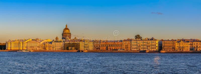Zonsondergang in Heilige Petersburg over de Neva-rivier met de mening van de Paleisdijk en de Heilige Isaac& x27; s Kathedraal royalty-vrije stock foto