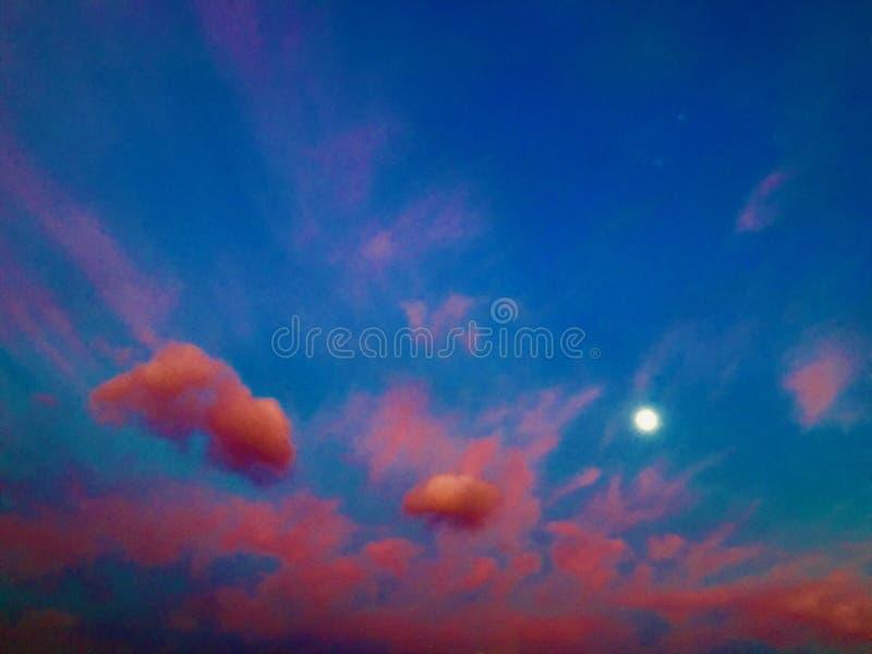 Zonsondergang, hemel en kleuren royalty-vrije stock afbeelding