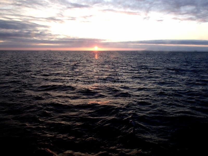 Zonsondergang in het Bering Overzees na het onweer royalty-vrije stock afbeeldingen