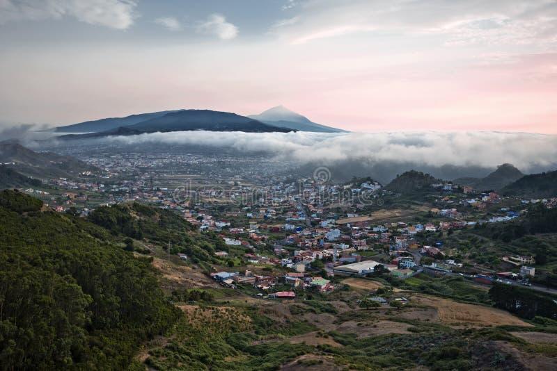 Zonsondergang in het Eiland van Tenerife van Anaga-massief wordt gezien dat royalty-vrije stock foto's