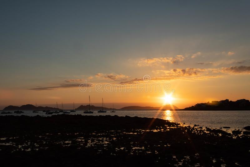 Zonsondergang in het estuarium van Vigo stock foto