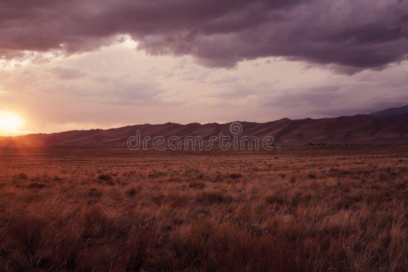 Zonsondergang in het Grote Nationale Park van de Duinen van het Zand stock foto
