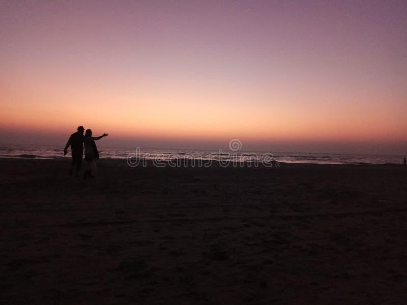 Zonsondergang -1 het houden van paar het lopen stock foto's