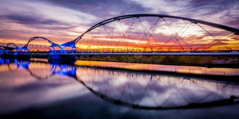 Zonsondergang het lopen brug royalty-vrije stock fotografie