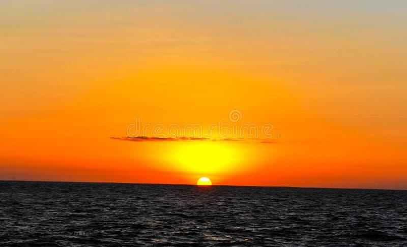 Zonsondergang in het midden van de oceaan stock foto's