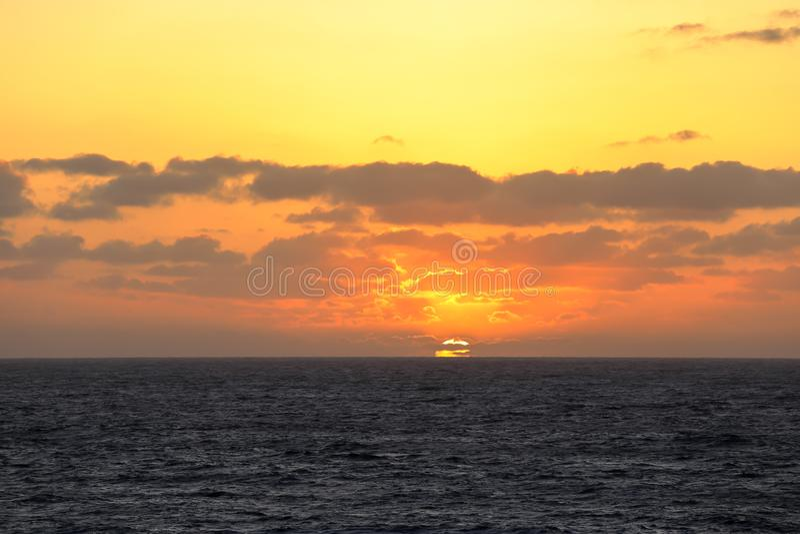 Zonsondergang in het midden van de vreedzame oceaan royalty-vrije stock foto
