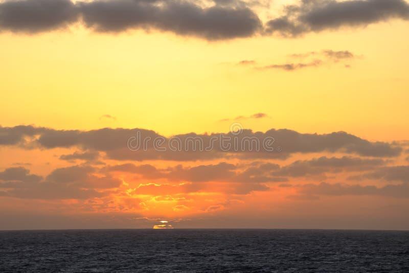 Zonsondergang in het midden van de vreedzame oceaan royalty-vrije stock foto's