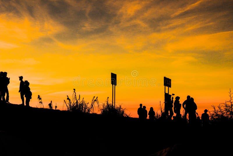 Zonsondergang in het onderstel stock foto