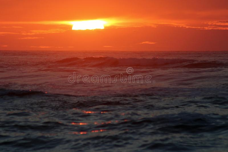 Zonsondergang in het overzees stock foto