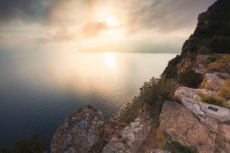 Zonsondergang in het overzees, mening vanaf de bovenkant van steile helling, Cassissen, de Provence, Frankrijk stock fotografie