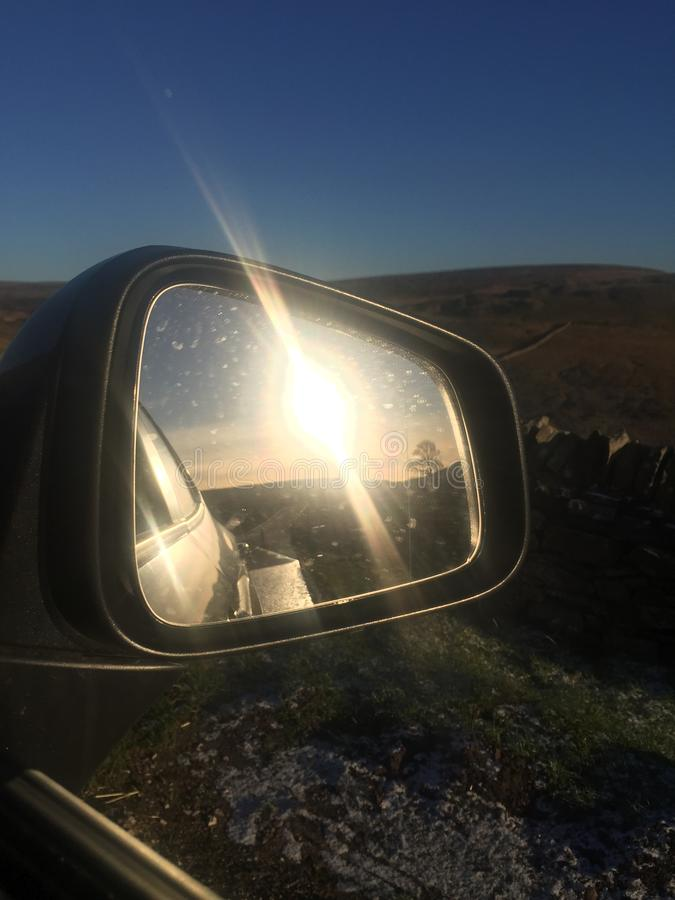Zonsondergang in het PiekdieDistrict - in de autospiegel wordt weerspiegeld stock foto's