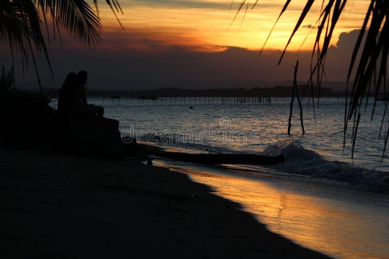 Zonsondergang in het strand stock fotografie