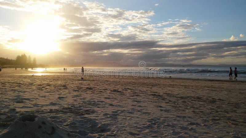 Zonsondergang in het strand royalty-vrije stock afbeeldingen