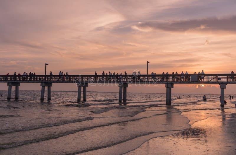 Zonsondergang in het strand van Fort Myers stock foto's