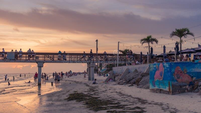 Zonsondergang in het strand van Fort Myers royalty-vrije stock afbeelding