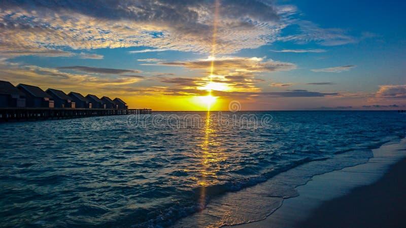 Zonsondergang in het strandeiland van de Maldiven stock fotografie
