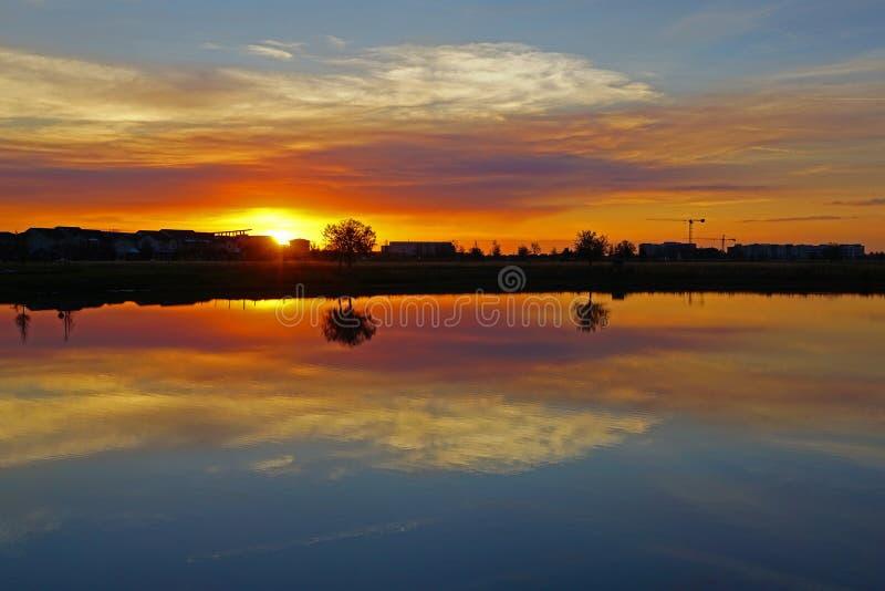 Zonsondergang het water wordt overdacht dat royalty-vrije stock foto's
