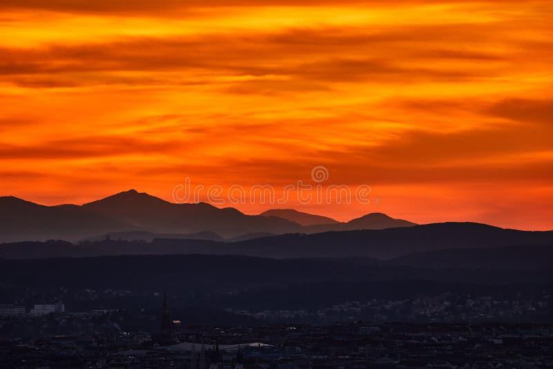 Download Zonsondergang Hilly Landscape Stock Afbeelding - Afbeelding bestaande uit achtergrond, wolken: 107701057