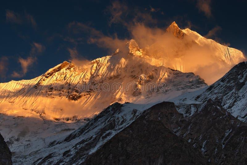 Zonsondergang in Himalayagebergte stock afbeelding