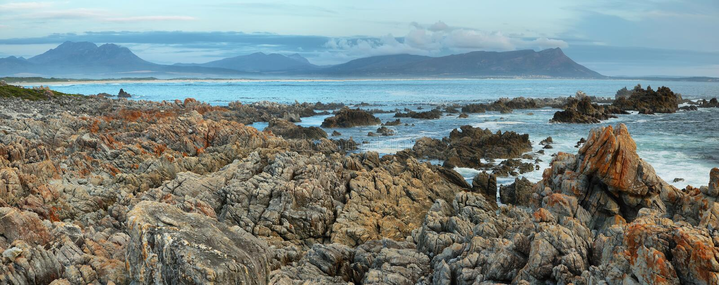 Zonsondergang in idyllisch strand van Kleinmond royalty-vrije stock afbeeldingen