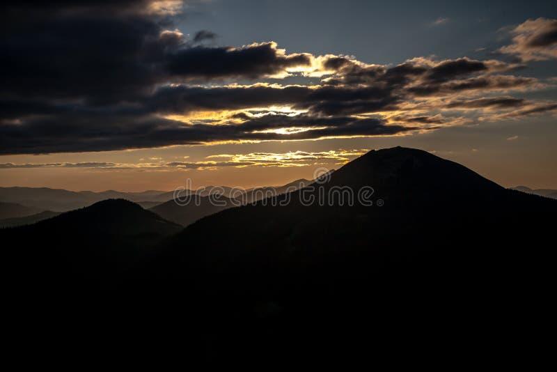 Zonsondergang in Karpatische bergen stock fotografie