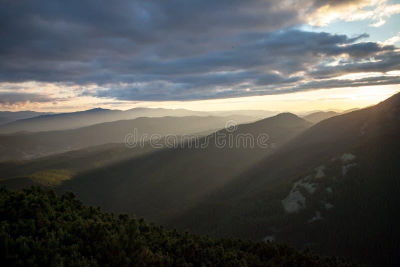 Zonsondergang in Karpatische bergen royalty-vrije stock afbeelding