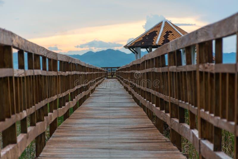 Zonsondergang lange houten brug in Sam Roi Yot National Park, Prachuap royalty-vrije stock afbeelding