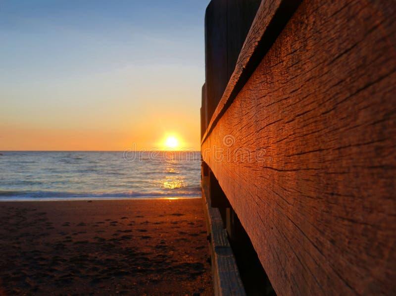 Zonsondergang langs een houten pier royalty-vrije stock foto