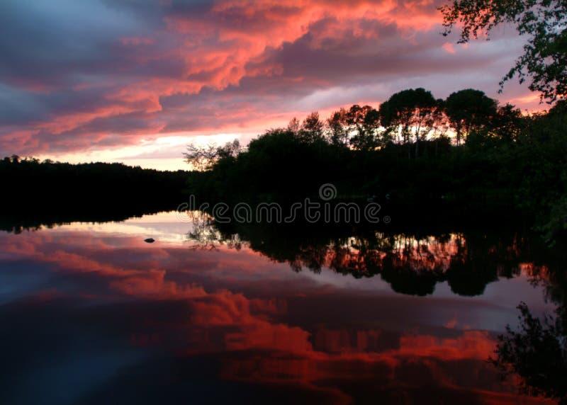 Zonsondergang langs een wilde toneelrivier royalty-vrije stock afbeeldingen