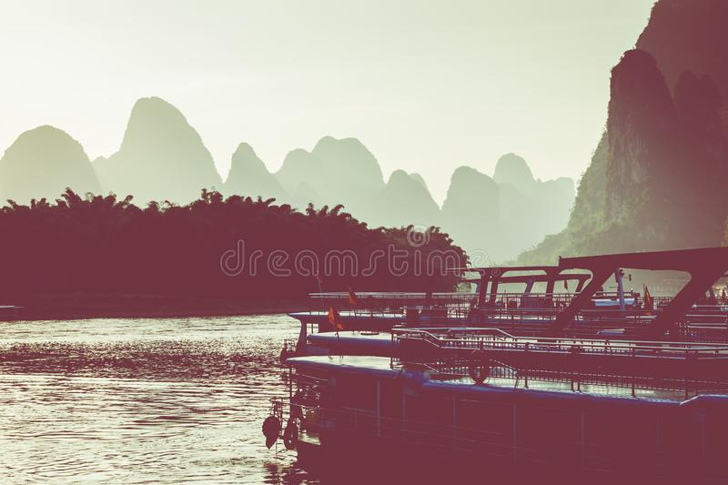 Zonsondergang in Li River, Xingping, Guilin, China Xingping is een stad royalty-vrije stock afbeelding